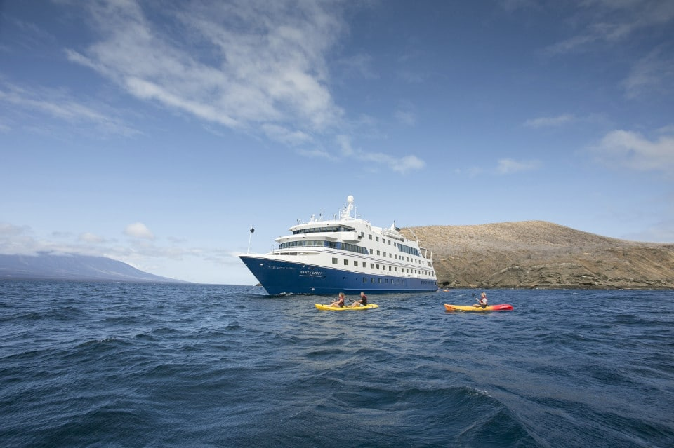 galapagos-cruises-tours-kayakers-ships